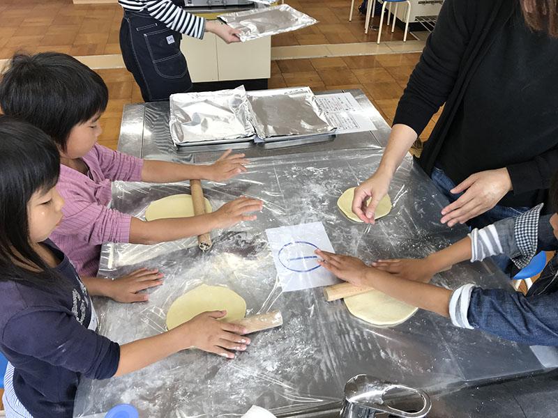 写真1:ピザ手作り体験
