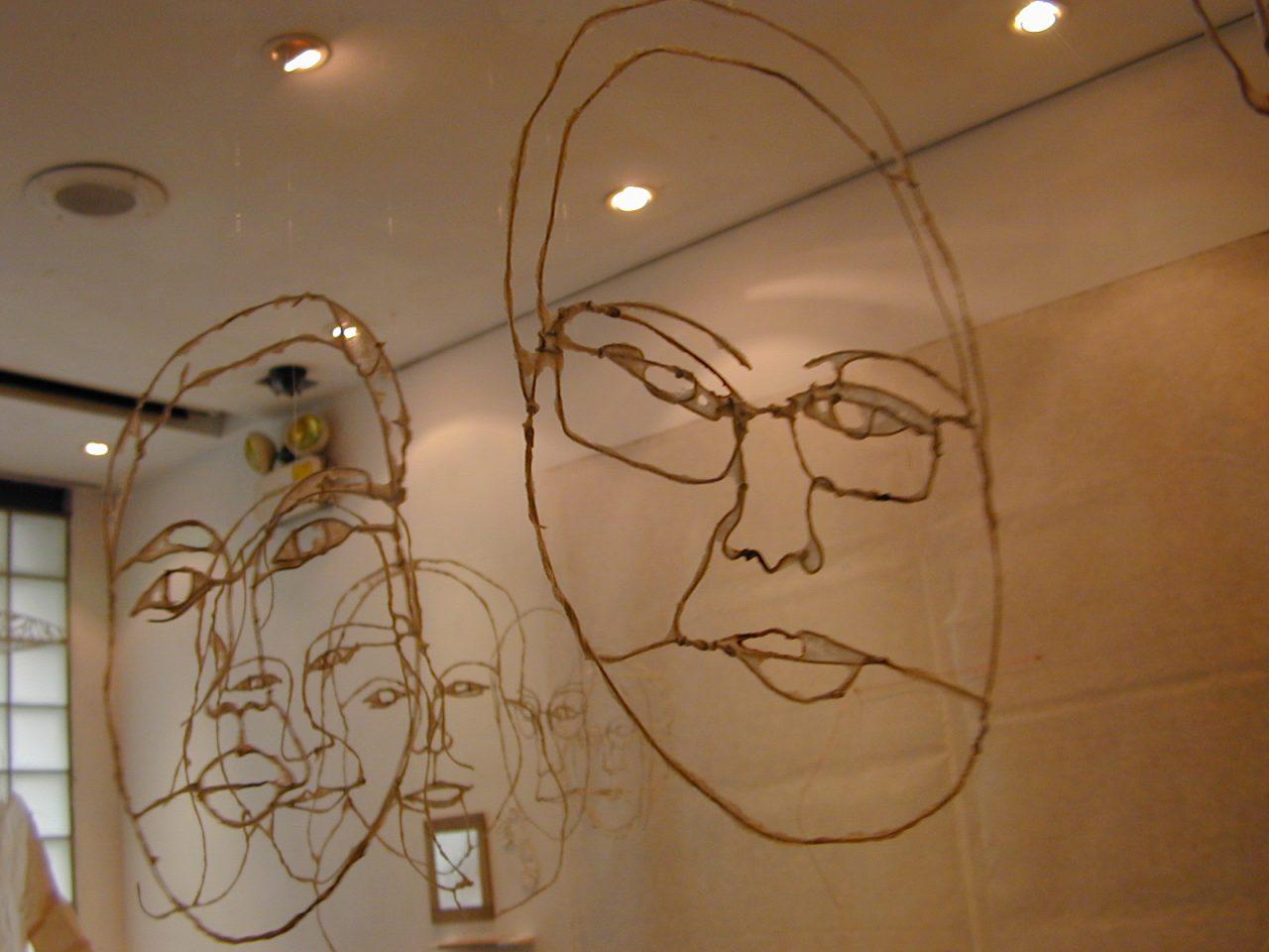 メイン写真:チョウ・モン・イェ ワークショップ「Line Object ワイヤーでじぶんの『顔』を作ろう」