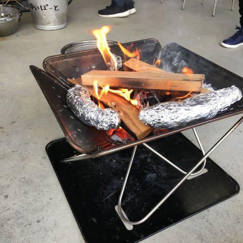 たき火でやきいもを焼こう