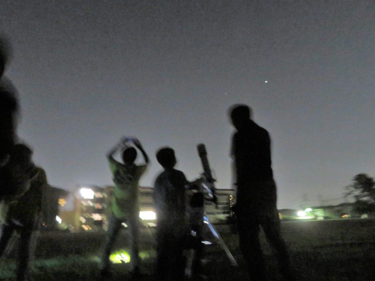 メイン写真:天体望遠鏡を使って星空を観察しよう