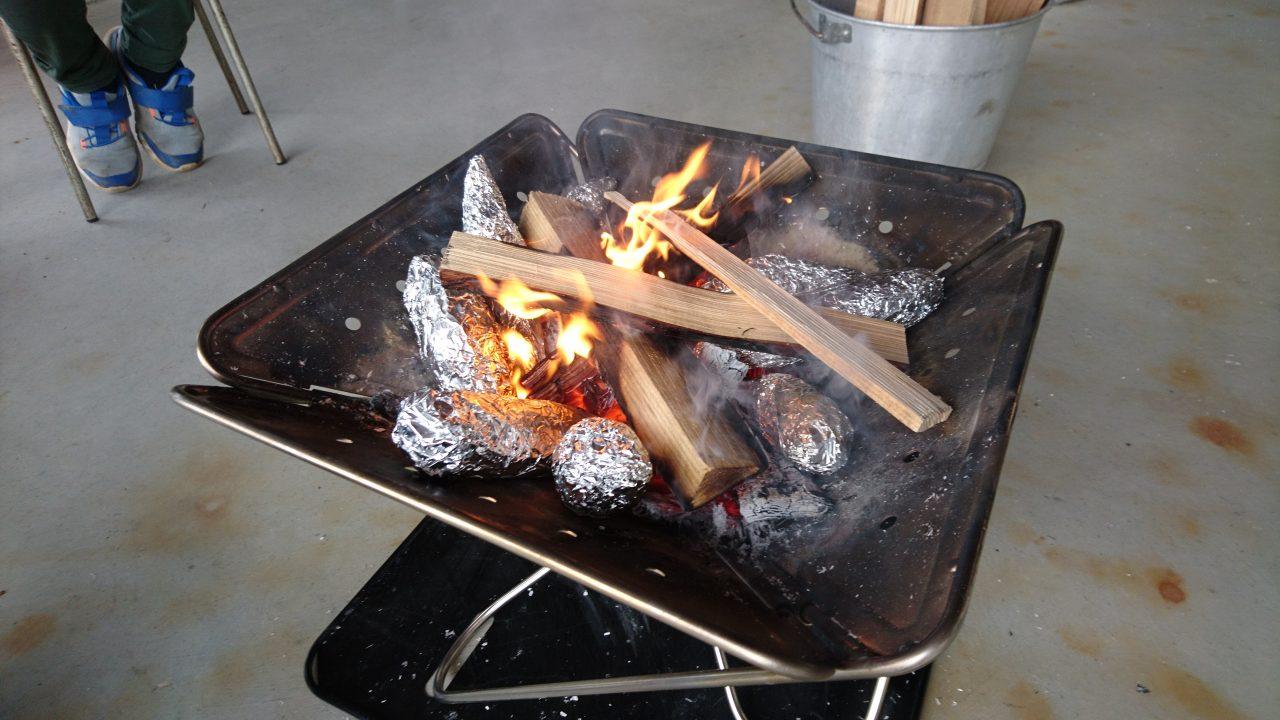 メイン写真:たき火でやきいもを焼こう